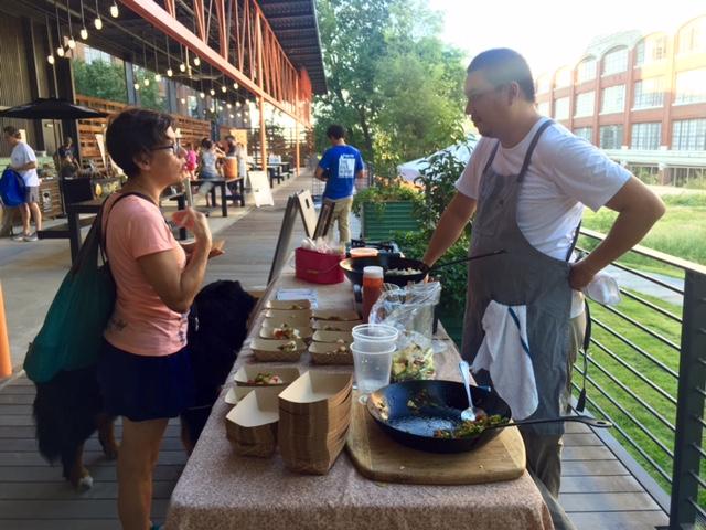2016-08-30-chef-george-yu-bibimbap-and-customer